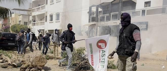 Des heurts ont oppose sympathisants de Sonko et de son parti Pastef, avec policiers qui se sont rendus aux abords de son domicile.