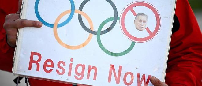 << Demission ! >>  peut-on lire sur une pancarte lors d'une manifestation contre le president des Jeux olympiques de Tokyo Yoshiro Mori, le 11 fevrier 2021.