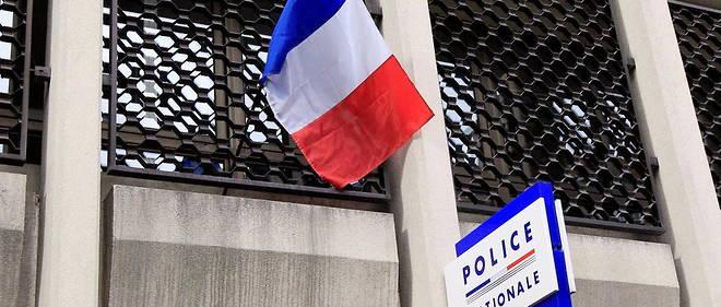 Une collegienne de 14 ans, qui aurait tente de s'interposer, a ete tuee lundi d'un coup de couteau dans le ventre lors d'une rixe entre deux bandes rivales a Saint-Cheron, en Essonne.