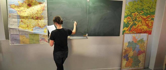 Une professeure d'histoire fait cours. Image d'illustration.