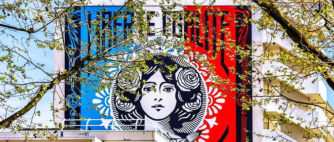 La fresque Liberte, egalite, fraternite de Shepard Fairey, 167, rue Nationale, Paris, France.
