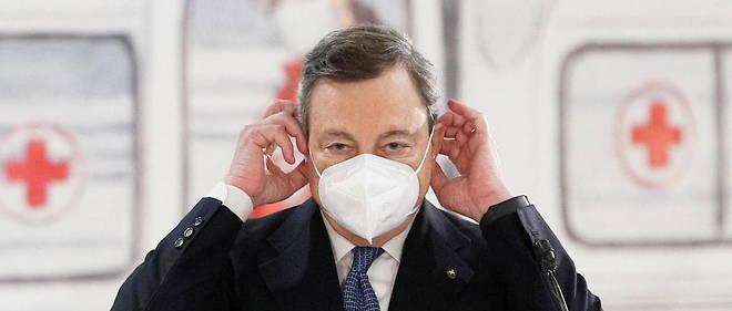 Le president du Conseil italien Mario Draghi visite un centre de vaccination contre le Covid a l'aeroport Fiumicino de Rome le 12 mars 2021.