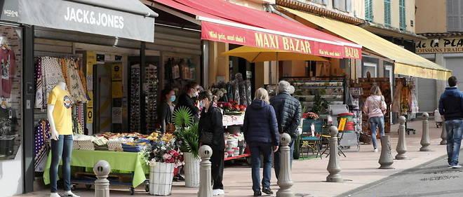 A Antibes, les commercants se sont installes devant leur boutique.