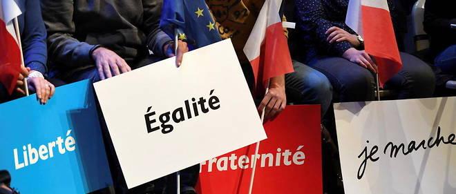 Une rangee de drapeaux et de pancartes s'expose en soutien au candidat d'En marche ! Emmanuel Macron a Talence, le 9 mars 2017.