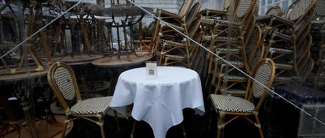Une table et une chaise sont dressees devant un restaurant de Bryant Park, a New York, le 16 decembre 2020.