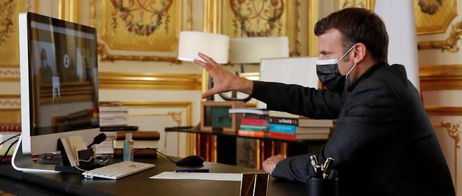 Emmanuel Macron dans son bureau au palais de l'Elysee le 6 avril 2021.