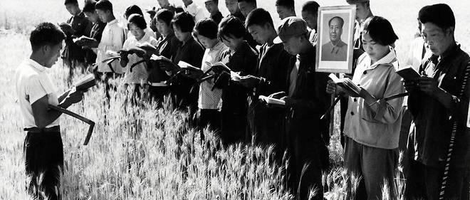 Seance de lecture des pensees de Mao avant le travail aux champs, dans les environs de Pekin, en juillet 1967. Le centenaire du Parti communiste chinois, en juillet 2021, entend magnifier la figure de Xi Jinping comme heritier a la fois de Mao Zedong et de Deng Xiaoping.