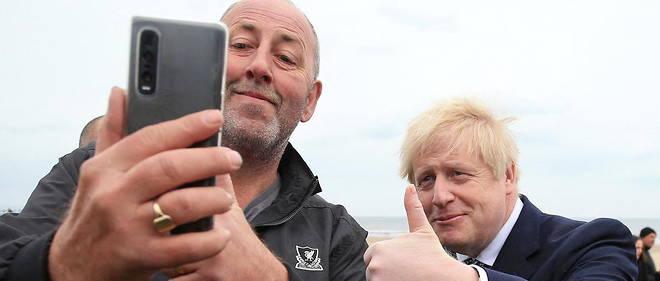 Boris Johnson pose pour un selfie lors d'un deplacement electoral a Hartlepool, le 3 mai 2021.