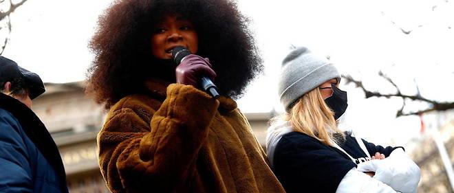 En janvier 2021, lors de la marche blanche en l'honneur de Cedric Chouviat. Assa Traore s'exprime au cote de Sofia Chouviat, la fille de Cedric Chouviat, decede 48 heures apres son interpellation par la police a Paris le 3 janvier 2020.