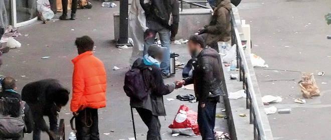 Dans le quartier Stalingrad a Paris, des drogues errent a toute heure du jour et de la nuit.