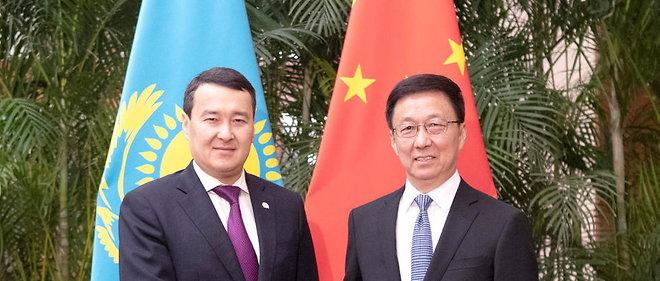 Le vice-Premier ministre chinois Han Zheng et le Premier ministre du Kazakhstan Alikhan Smailov, a Pekin, le 4 novembre 2019. L'investissement massif chinois dans son industrie petroliere a permis de maintenir l'economie kazakhstanaise.