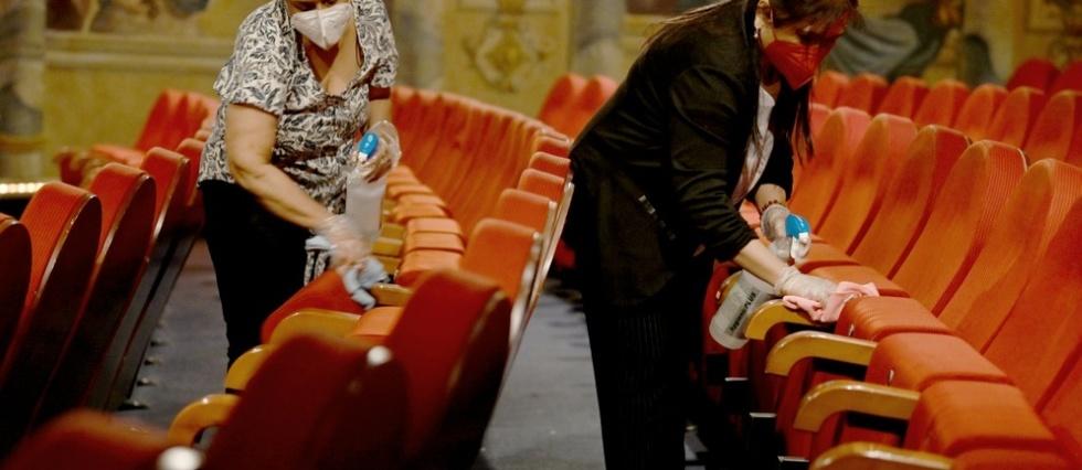 Coronavirus: la France rouvre terrasses et musees, New York porte moins le masque