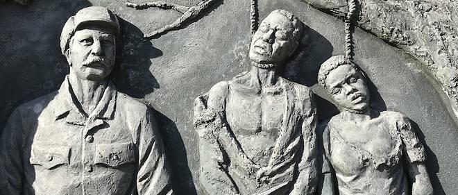 """Un memorial dedie au genocide des Hereros et des Namas commis par les troupes coloniales allemandes a ete herige dans le centre de la capitale namibienne Windhoek. On peut y lire l'inscription suivante : """"Ton sang nourrit notre liberte."""""""