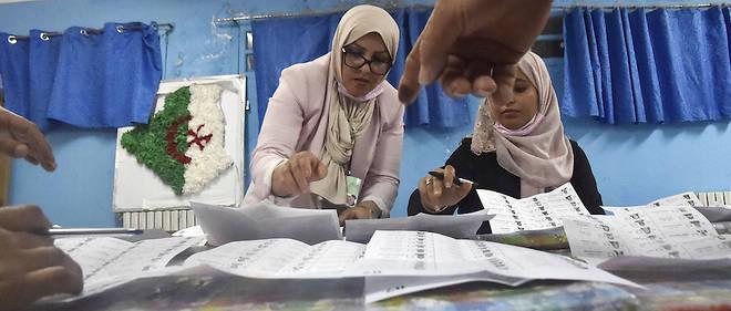 Les Algeriens ont defile au compte-gouttes dans les isoloirs comme en atteste le faible niveau de participation, autour de 10 % a la mi-journee.