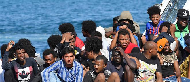 Des migrants qui ont fui par la mer la Tunisie et la Libye sont apprehendes par les gardes-cotes italiens a leur arrivee sur l'ile de Lampedusa, en aout 2020.