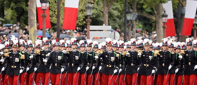 Un maximum de 10 100 personnes ont ete autorisees a assister au defile militaire parisien cette annee, en raison de la pandemie.