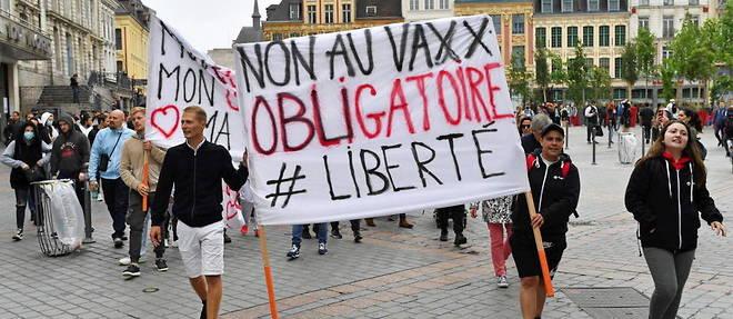 Environ 500 personnes ont defile contre l'obligation vaccinale dans le centre-ville de Lille.
