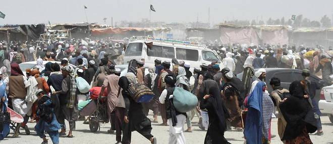 La foule se rue au poste-frontiere de Chaman, entre le Pakistan et l'Afghanistan le 17 juillet 2021.