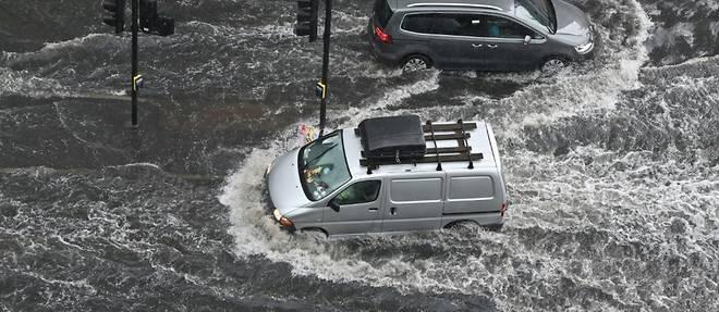 Pluies torrentielles et chaussees inondees a Londres