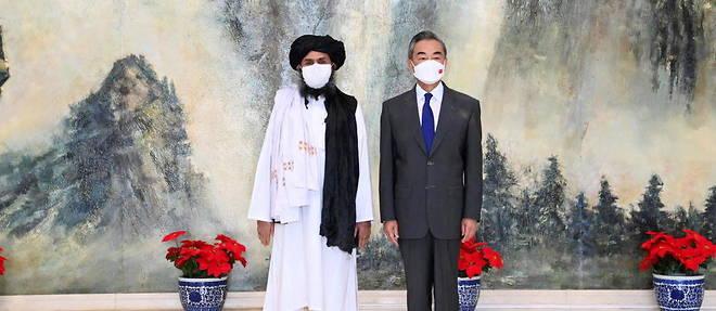 Le ministre chinois des Affaires etrangeres Wang Yi recoit le chef politique des talibans, le mollah Baradar, le 28 juillet a Tianjin pres de Pekin.