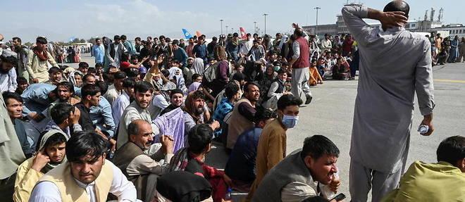 Des milliers d'Afghans se pressent le lundi 16 aout a l'aeroport de Kaboul pour tenter de fuir le pays apres la victoire des talibans.