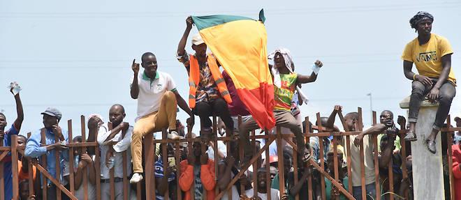 Le coup d'Etat, apres des mois de crise politique et socioeconomique, aggravee par la pandemie de Covid-19, a suscite des explosions de joie a Conakry, ou de nombreux habitants acclamaient les militaires.