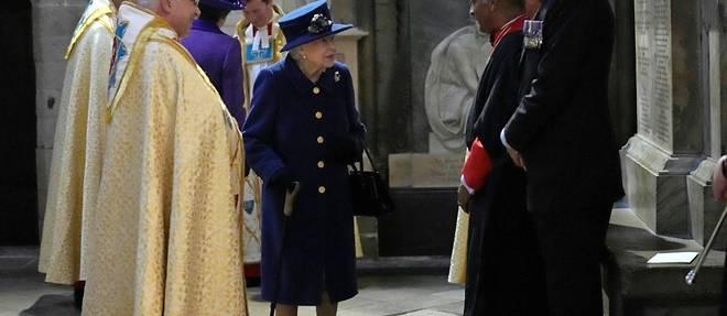 Elizabeth II vue avec une canne en public
