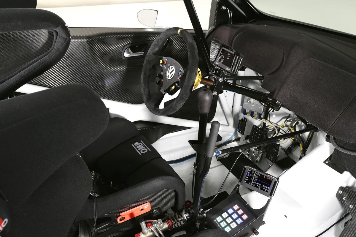 Typique d'un poste de conduite de voiture de rallye, le levier du frein à main hydraulique est juste à côté du levier de la boîte de vitesses séquentielle.