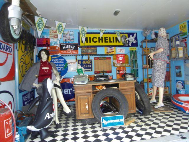 Ambiance garantie au village comme cette reconstitution de garage à l'ancienne.
