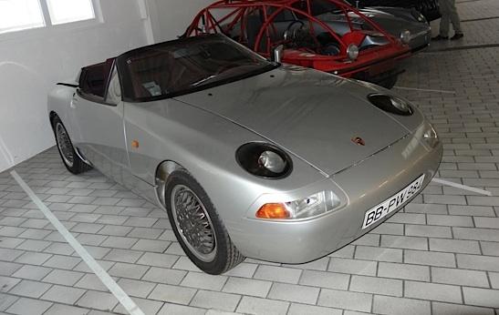La 'petite' Porsche, un coupé cabriolet à toit pivotant ingénieux. Mais pas assez chère pour le standing de la marque.