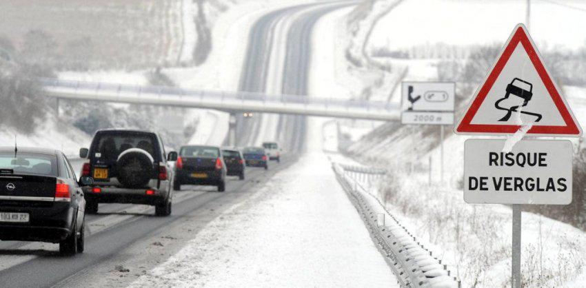Les saleuses et les chasse-neige interviennent dès que possible pour dégager les routes.