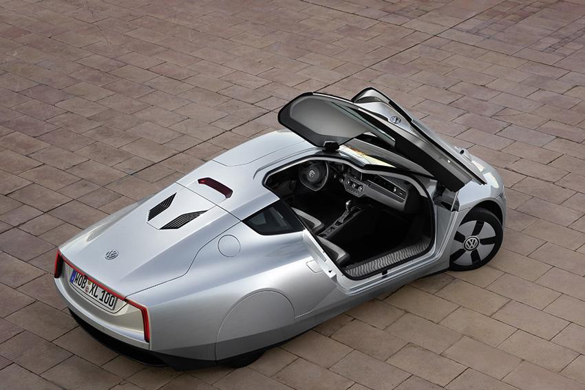 Dans la XL1 le passager est à côté du conducteur, mais légèrement reculé et recentré pour réduire la surface frontale.
